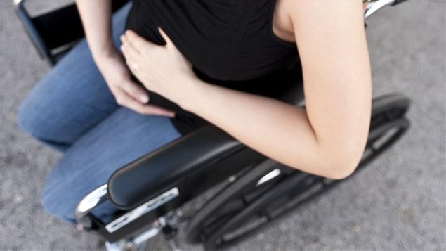 Femme enceinte en fauteuil roulant