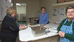 Des dames à l'oeuvre dans la préparation de plat de nourriture pour une popote roulante de Quebec