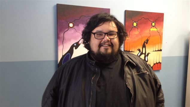 L'artiste Darrel McBride, de Timiskaming First Nation