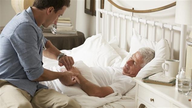 La médecine à domicile tend à disparaître dans les grands centres au Québec.
