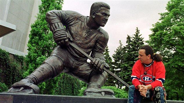 Une sculpture de Maurice Richard à Montréal, photographiée le jour de sa mort, en mai 2000.