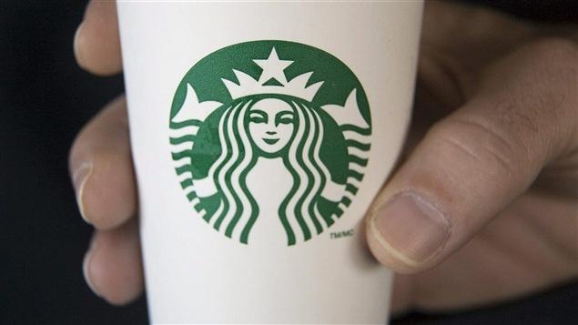 Une tasse de la chaîne Starbucks