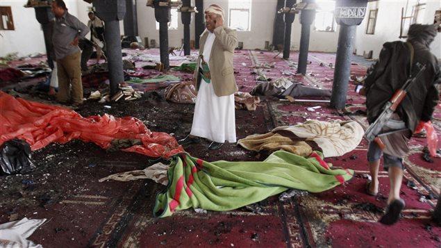 Des corps jonchent une mosquée chiite de Sanaa au Yémen.