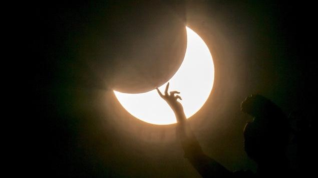 La lune passe devant le soleil lors de l'éclipse partielle du 20 mars 2015.