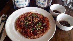 Une pizza aux grillons et ténébrions qui sera bientôt service à l'Université de Winnipeg.