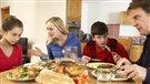 Prévenir l'obésité en mangeant en famille