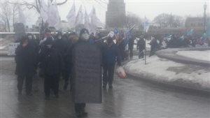 La manifestation organisée par la CSN a pris l'allure d'un cortège funèbre.