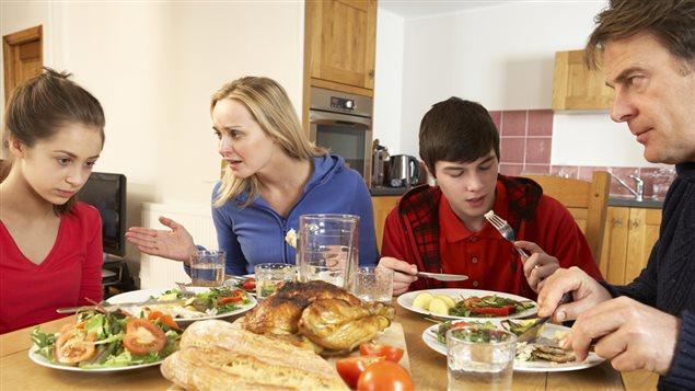 Repas en famille avec des adolescents