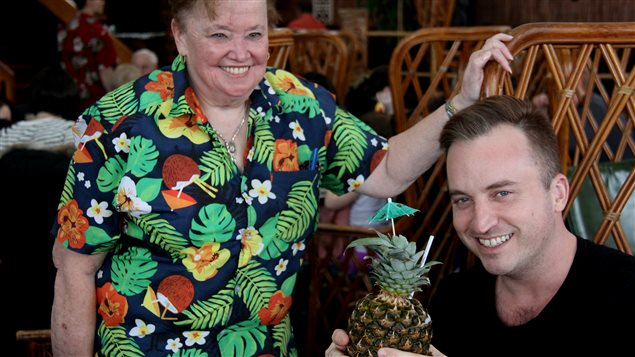 La serveuse de Mariette Dutil avec un client du restaurant