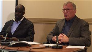 Les prévisionnistes du gouvernement manitobain, Fisaha Unduche et Steve Topping