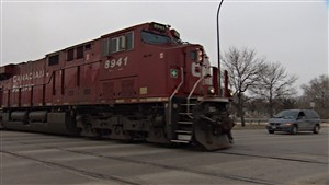 Le passage des trains retarde fréquemment la circulation automobile de la rue Marion à Saint-Boniface.