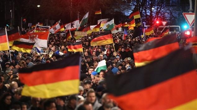 Plus de 40 000 manifestants contre « l'islamisation de la société » sont descendus dans les rues à Dresde, en Allemagne, le 12 janvier dernier.