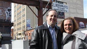 Brandee Berson et son mari Earl Klein posent dans la cour de Berson & Fils, sur le boulevard St-Laurent.
