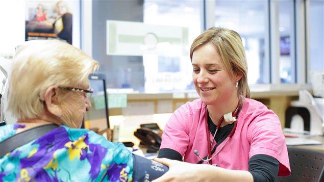 Une infirmière évalue une patiente