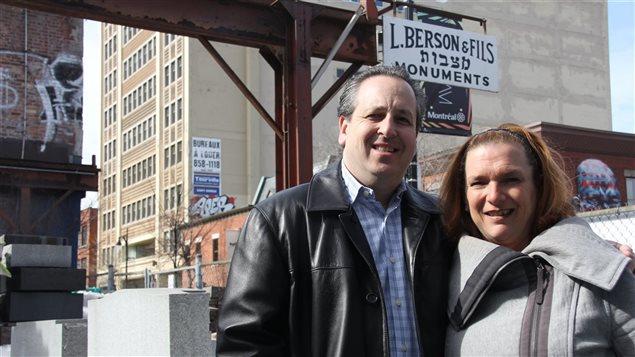 Brandee Berson et son mari Earl Klein posent dans la cour de Berson