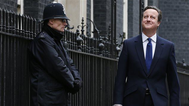 Le premier minstre britannique David Cameron quitte sa résidence officielle, le 10 Downing Street, pour se rendre à Buckingham Palace.