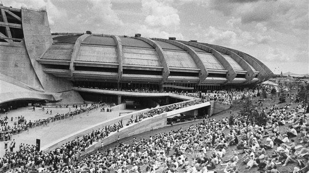 Une foule assise � l'ext�rieur du Stade olympique de Montr�al pendant les Jeux de 1976
