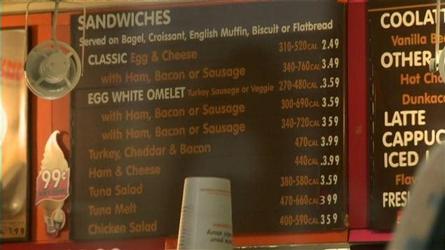 Un menu de restaurant qui indique le nombre de calories.