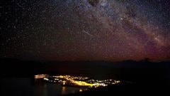 Le ciel étoilé au-dessus d'une petite communauté de Nouvelle-Zélande