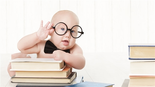 Un bébé à l'air très intelligent