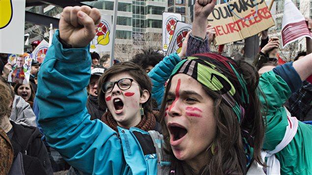 Au plus fort de la manifestation, ils étaient des dizaines de milliers de personnes à déambuler dans les rues de Montréal afin de protester contre les mesures d'austérité du gouvernement Couillard.