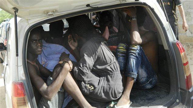 Des étudiants ont trouve refuge dans une voiture. Plusieurs ont quitté torse nu, l'attaque étant survenue vers 5 h 30, heure locale.
