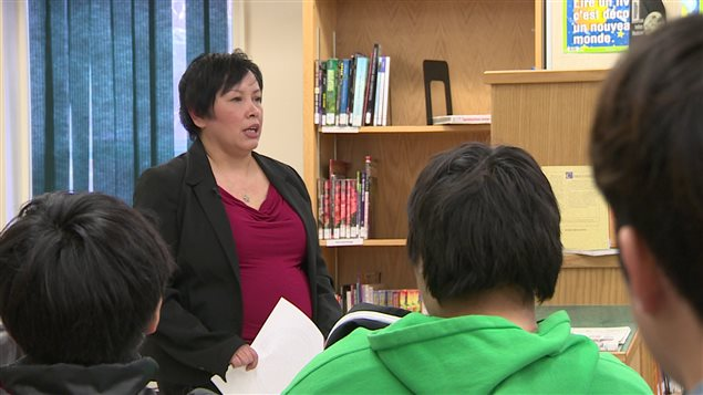Lani Elliott a été victime de violence conjugale et elle donne maintenant des conférences dans des écoles pour sensibiliser les jeunes à cette violence.
