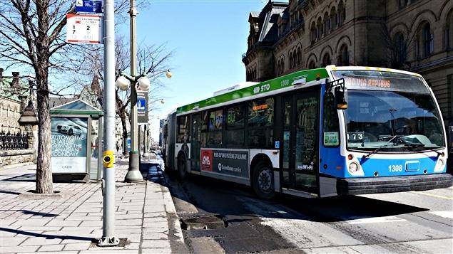Un autobus de la STO au centre-ville d'Ottawa
