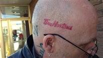 Un tatouage en l'honneur de Tim Horton sur la tête