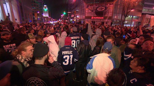 Des partisans des Jets ont envahi l'intersection Portage et Main lorsqu'ils ont eu la confirmation de la participation en séries de l'équipe.