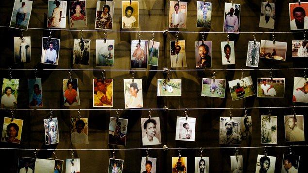 Photographies de victimes offertes par des survivants au Mémorial du génocide de 1994 à Kigali au Rwanda.