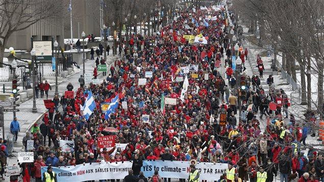 Des dizaines de milliers de personnes ont marchés dans les rues de Québec, le 11 avril 2015 lors de la Marche Action-Climat.