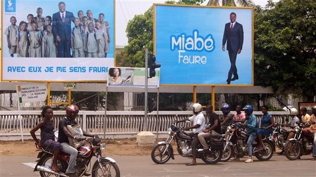 Scène de rue à Lomé, capitale du Togo, où l'on voit de l'affichage en faveur du président togolais Faure Gnassingbé.