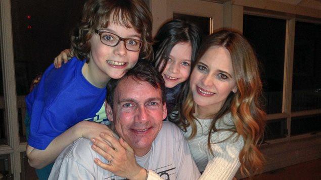 Pierre Karl Péladeau entouré de sa famille : ses enfants Thomas et Romy, ainsi que sa compagne, Julie Snyder