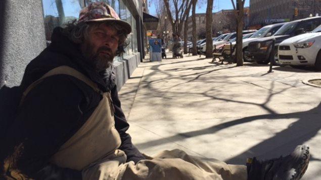 Spike, un mendiant de Saskatoon au centre du pays.