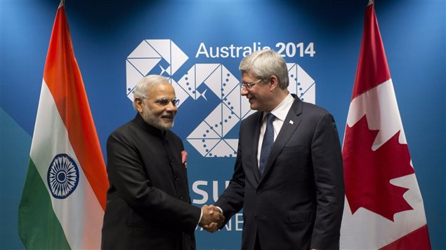 Le premier ministre indien, Narenda Modi, serrant la main de Stephen Harper lors de leur première rencontre officielle dans le cadre du Sommet du G20 à Brisbane le 15 novembre 2014.