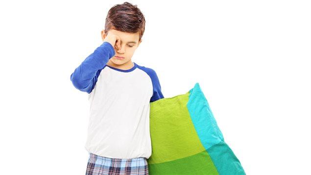 Un garçon a du mal à trouver le sommeil.