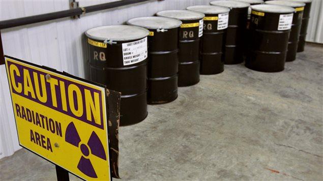 Barils d'acier contenant de l'uranium concentré entreposés dans une usine de la compagnie Ur-Energy dans le compté de Sweetwater au Wyoming