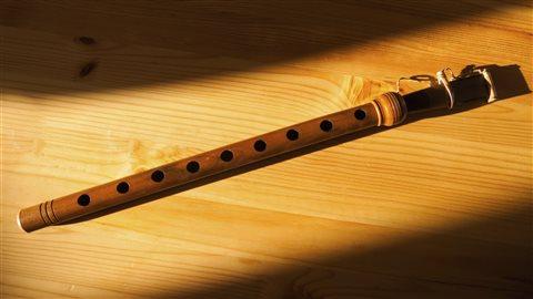 Le duduk, hautbois arménien, est un instrument à vent à anche double, au timbre chaud et doux.