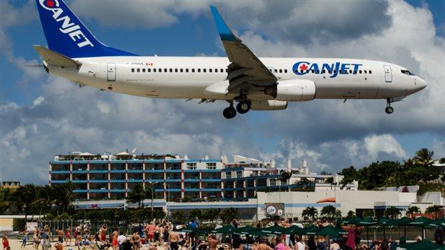 Un Boeing 737-800 de CanJet arrive à St. Maarten.Photo: Jason RabinowitzAirlineFlyer
