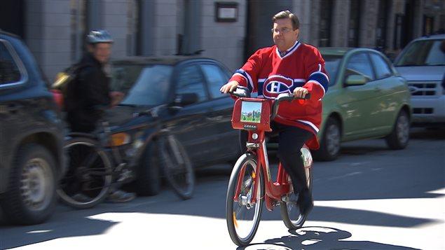 Le maire de Montréal Denis Coderre donnant les premiers coups de pédale de Bixi pour la saison estivale 2015.