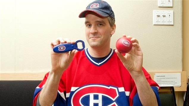 Notre chroniqueur Guillaume St-Onge pose fièrement avec ses produits promotionnels du Canadien de Montréal.