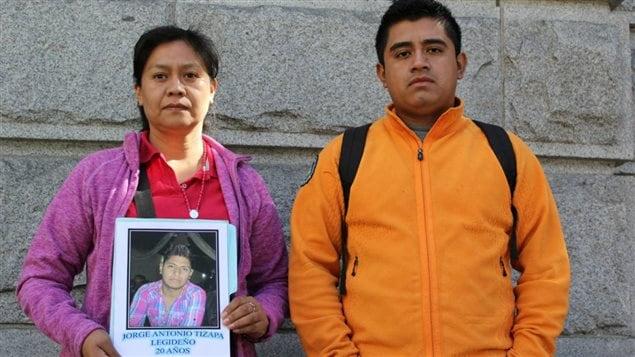 Hilda Legideño Vargas, con una foto de su hijo desaparecido, y Jorge Luis Clemente Balbuena, estudiante de la Escuela normal rural Raúl Isidro Burgos, membros de la Caravana Ayotzinapa a Ottawa.