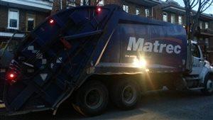 Une camion de l'entreprise Matrec ramasse les ordures dans Limoilou en début de soirée.