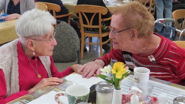 À gauche, Marie-Louise Brassard, 103 ans et à droite, Rita Létourneau, 104 ans, se rencontrent à Jonquière.