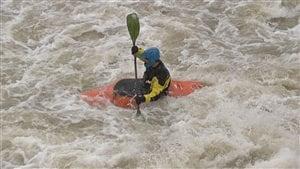 Un kayakiste s'exerce dans la rivière Saint-Charles.