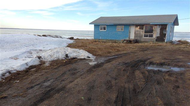 Maison sur les rives de la rivière Winnipeg dans la réserve de Sagkeeng.