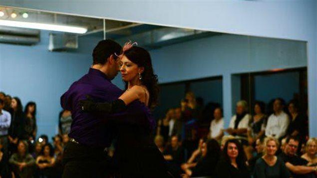 La Doctora Silvia Ríos Romenets bailando tango.