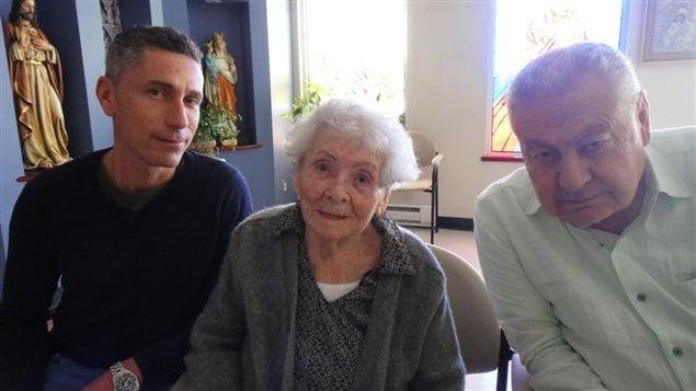 Keghetzik Zourikian, survivante du génocide arménien, entourée de son petit-fils Gary Zourikian (à gauche) et de son fils, Garabed Zourikian (à droite)