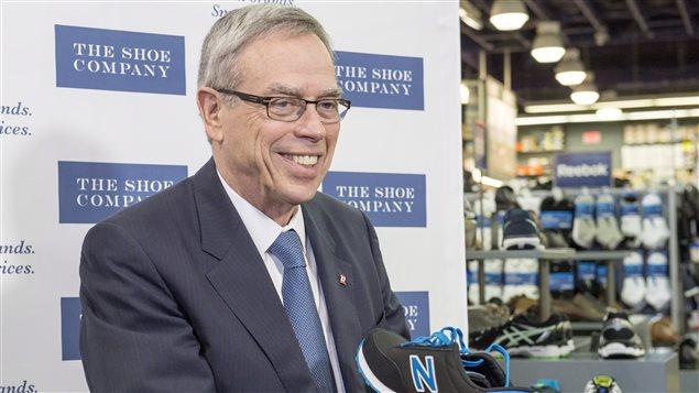 Le ministre des Finances Joe Oliver a acheté une paire de New Balance lundi, avant le dépôt de son budget.